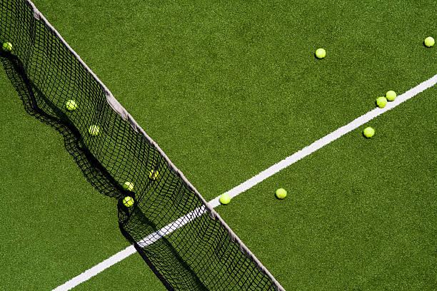 Tennis balls on a field:スマホ壁紙(壁紙.com)