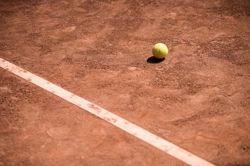 クレイコート「tennis ball on clay court」:スマホ壁紙(8)