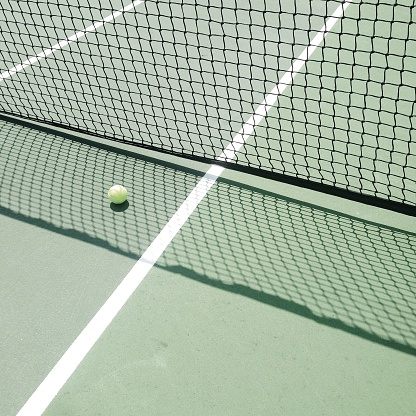テニス「Tennis ball on tennis court in shadow of net」:スマホ壁紙(4)