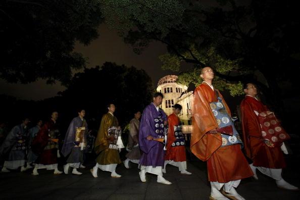 Surrendering「Japan Marks 65th Anniversary Of Hiroshima Atomic Bomb」:写真・画像(2)[壁紙.com]