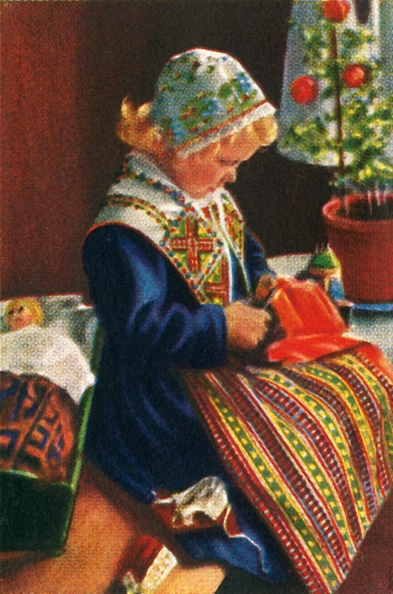 Traditional Clothing「Swedish Girl Playing With Dolls」:写真・画像(8)[壁紙.com]