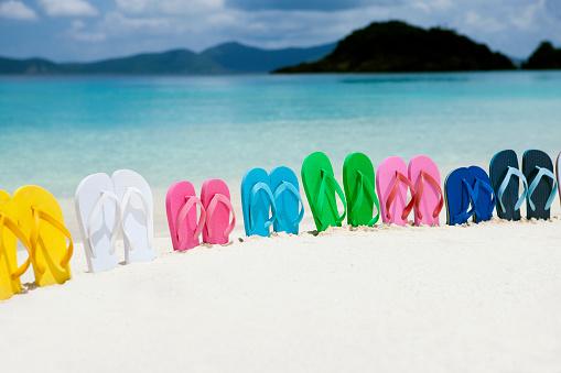 ビーチ「家族でカラフルなサンダルは、カリブ海の真っ白な砂のビーチ」:スマホ壁紙(9)