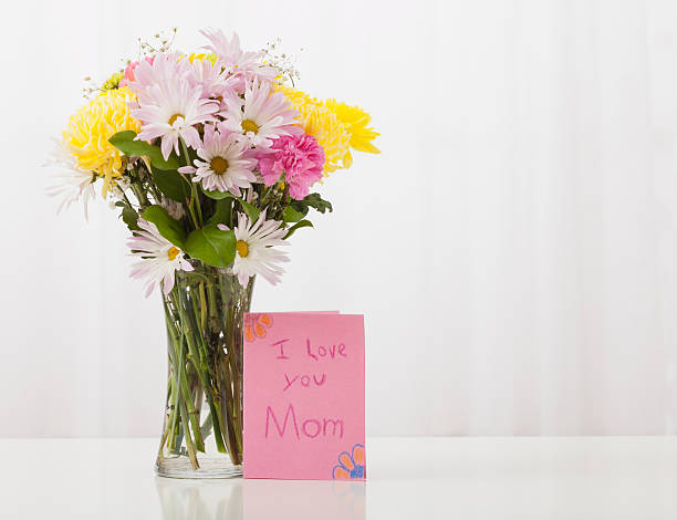 Bouquet in vase with greeting card for Mother's Day:スマホ壁紙(壁紙.com)