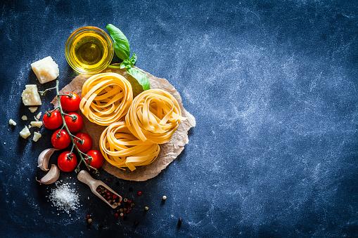 Spice「Tagliatelle with ingredients on dark table」:スマホ壁紙(5)