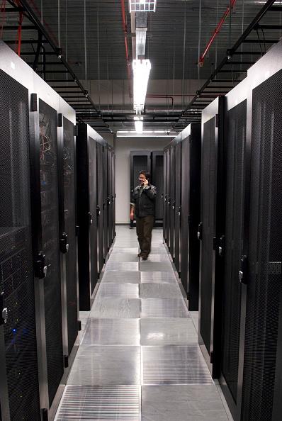 Data Center「Engineer in a Data Centre / Datacentre」:写真・画像(5)[壁紙.com]