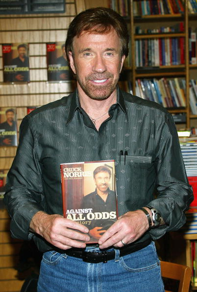 Book Signing「Chuck Norris Book Signing At Borders Books」:写真・画像(15)[壁紙.com]