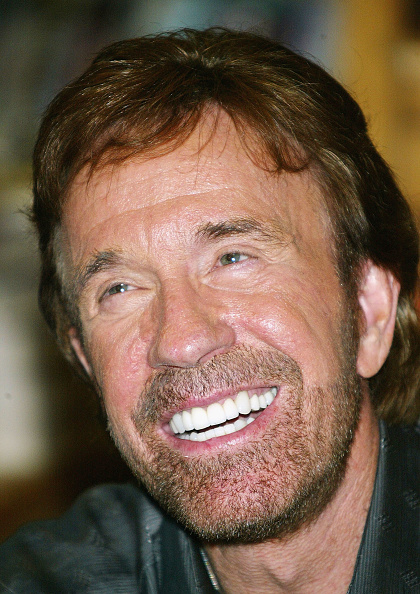 Borders Books「Chuck Norris Book Signing At Borders Books」:写真・画像(17)[壁紙.com]