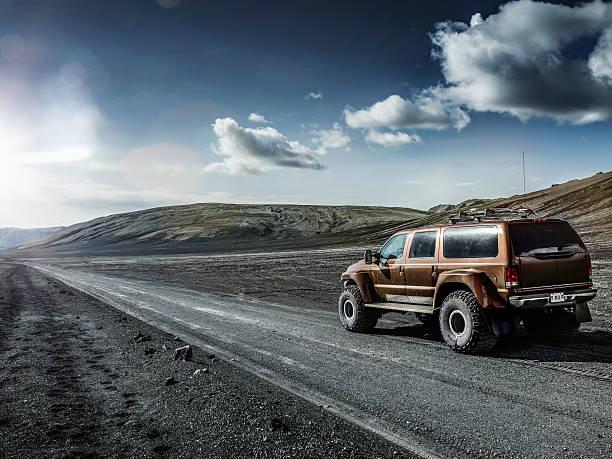 Off -road car in icelandic landscape, Iceland:スマホ壁紙(壁紙.com)