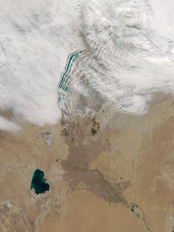 アラル海「Distinctive lines of clouds stretch out from the shore of the Aral Sea.」:スマホ壁紙(1)