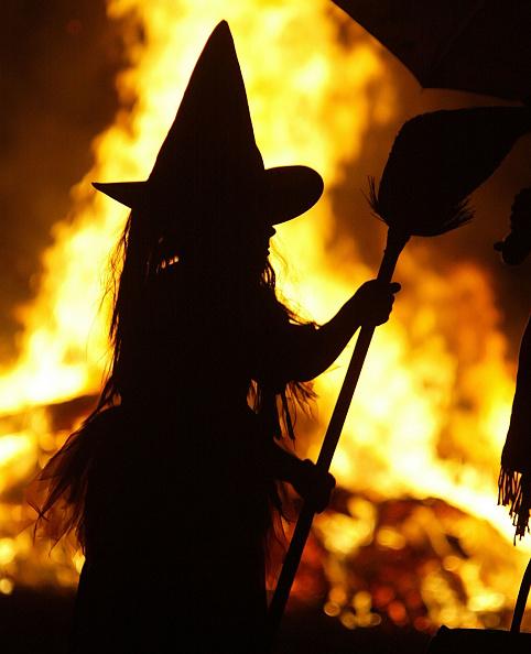 Sweet Food「Children in Halloween Costumes Stand Near Bon Fire」:写真・画像(4)[壁紙.com]