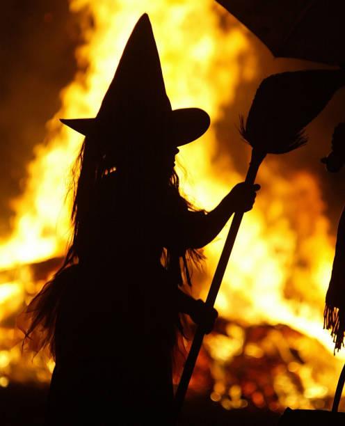 Children in Halloween Costumes Stand Near Bon Fire:ニュース(壁紙.com)