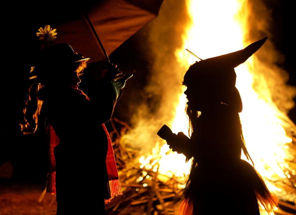 Stunt「Children in Halloween Costumes Stand Near Bon Fire」:写真・画像(12)[壁紙.com]