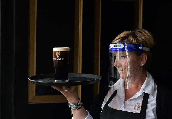 Pint Glass「Pubs, Barbers And Other Shops Reopen In Dublin」:写真・画像(3)[壁紙.com]