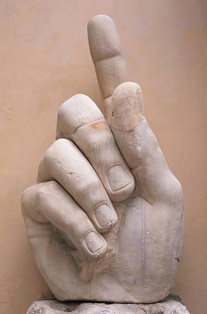 Italy, Rome, Emperor Constantine statue, close-up of hand:スマホ壁紙(壁紙.com)