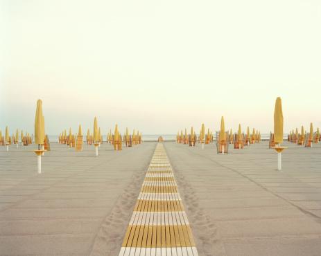 Lazio「Italy, Rome, Ostia, closed beach parasols and walkway」:スマホ壁紙(19)