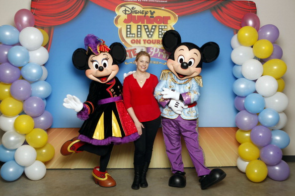 Mickey Mouse「Melissa Joan Hart And Her Sons Tucker, Braydon And Mason Meet Mickey Mouse And Minnie Mouse At A Performance Of Disney Junior Live On Tour! Pirate & Princess Adventure」:写真・画像(16)[壁紙.com]