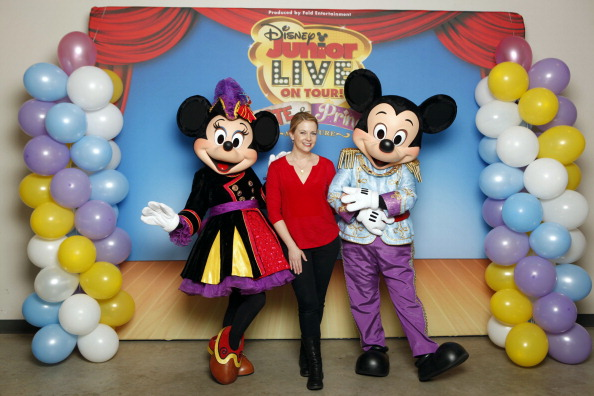 Mickey Mouse「Melissa Joan Hart And Her Sons Tucker, Braydon And Mason Meet Mickey Mouse And Minnie Mouse At A Performance Of Disney Junior Live On Tour! Pirate & Princess Adventure」:写真・画像(17)[壁紙.com]