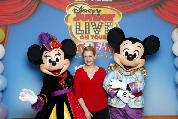 Mickey Mouse「Melissa Joan Hart And Her Sons Tucker, Braydon And Mason Meet Mickey Mouse And Minnie Mouse At A Performance Of Disney Junior Live On Tour! Pirate & Princess Adventure」:写真・画像(18)[壁紙.com]
