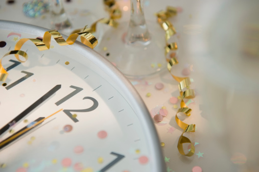 New Year「12 o'clock on clock decorated with confetti and streamer」:スマホ壁紙(16)