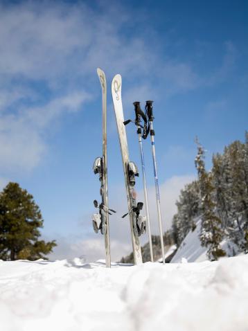 スキーストック「Skis and ski poles in the snow」:スマホ壁紙(5)