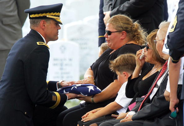Alex Wong「Army Staff Sgt. Killed In Afghanistan Is Buried At Arlington Cemetery」:写真・画像(3)[壁紙.com]