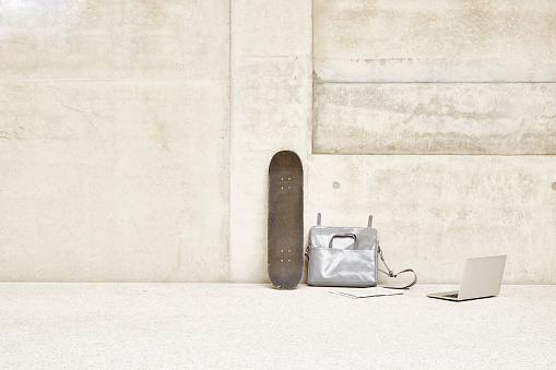 スポーツ用品「Skateboard, bag and laptop at concrete wall」:スマホ壁紙(15)