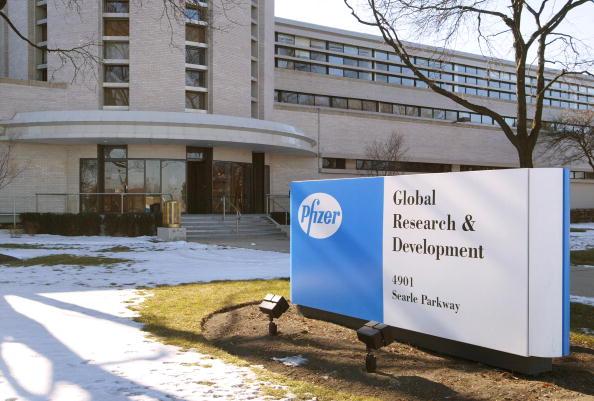 Tim Boyle「Pfizer Profits Drop After Pharmacia Charges」:写真・画像(1)[壁紙.com]