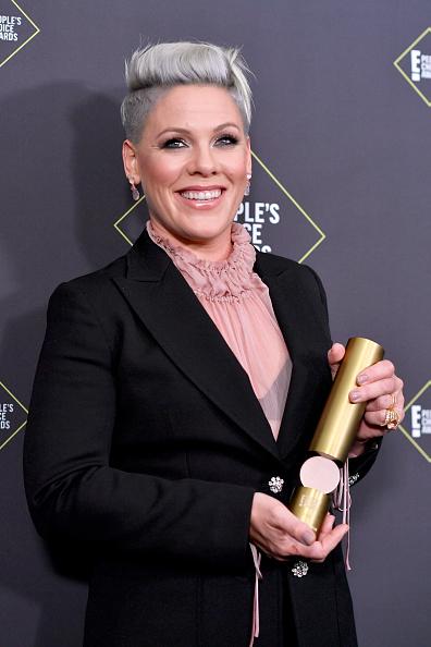 Pink - Singer「2019 E! People's Choice Awards - Press Room」:写真・画像(10)[壁紙.com]