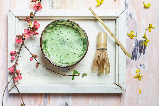 カフェラテ「Matcha tea in bowl, with match powder, spoon and chasen and pink flowers」:スマホ壁紙(8)
