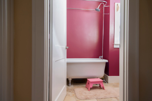 子供時代「Still of pink bathroom with claw foot bathtub」:スマホ壁紙(17)