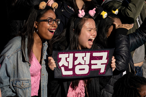 Fan - Enthusiast「Fans Come Out In Droves To See K-Pop Band BTS Perform In Central Park」:写真・画像(6)[壁紙.com]