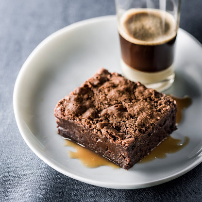 Drinking「Brownie on plate with espresso」:スマホ壁紙(15)
