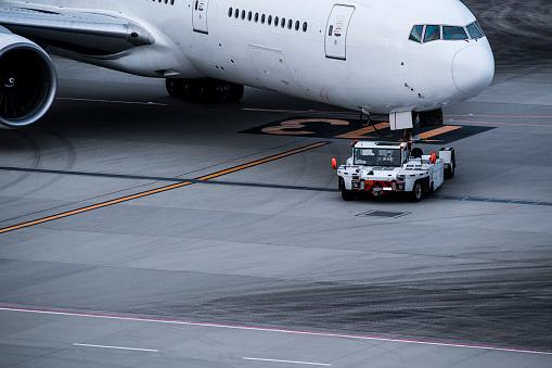 Japan「飛行機、タイヤや空港でトラック。」:スマホ壁紙(12)