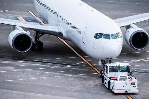 Japan「飛行機、タイヤや空港でトラック。」:スマホ壁紙(9)