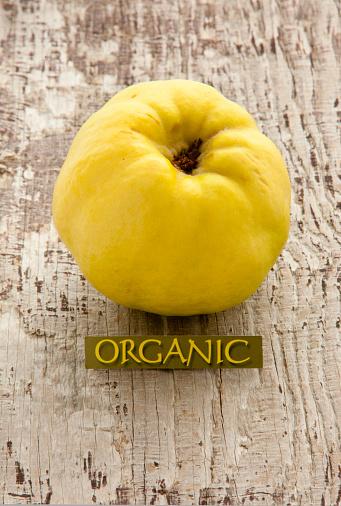 カリン「Quince with organic signon old wood」:スマホ壁紙(10)