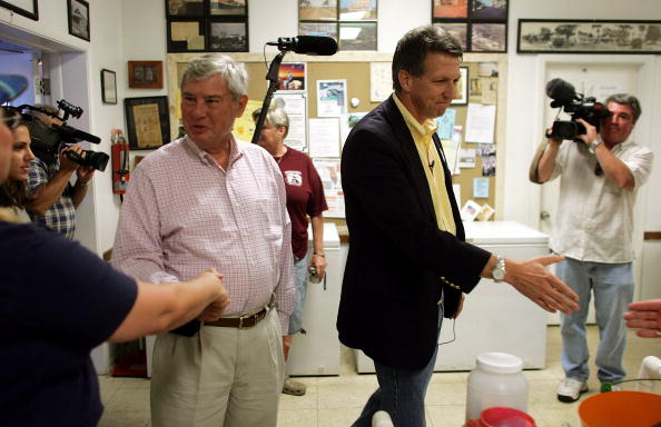 Joe Mahoney「Congressional Candidate Tim Mahoney Votes In Florida」:写真・画像(9)[壁紙.com]