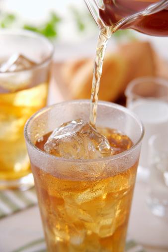 氷「Iced tea pouring into glass」:スマホ壁紙(1)