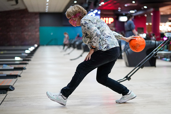 Threading「Brits Return To The Lanes As Bowling Alleys Reopen」:写真・画像(2)[壁紙.com]