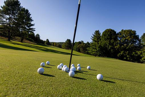 Taking a Shot - Sport「Multiple golf balls on putting green.」:スマホ壁紙(4)