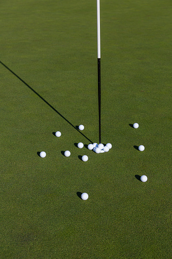 Putting - Golf「Multiple golf balls on putting green.」:スマホ壁紙(18)
