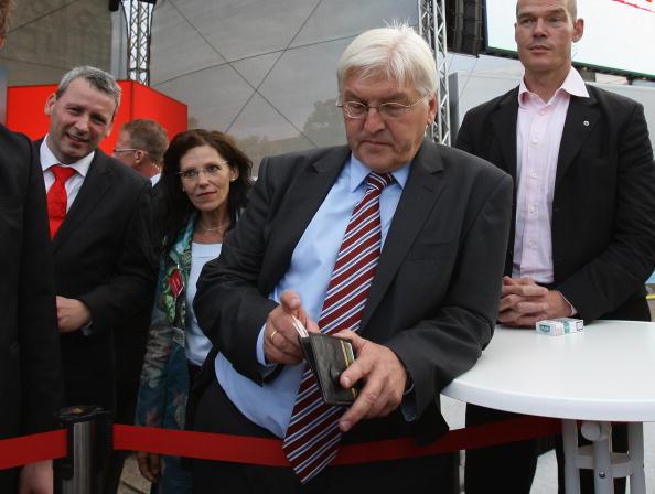 Wallet「Steinmeier Campaigns in Magdeburg」:写真・画像(16)[壁紙.com]