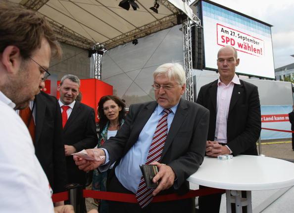 Wallet「Steinmeier Campaigns in Magdeburg」:写真・画像(15)[壁紙.com]