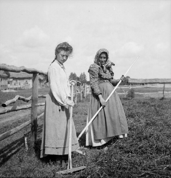 Farm Worker「Women Raking Hay」:写真・画像(4)[壁紙.com]
