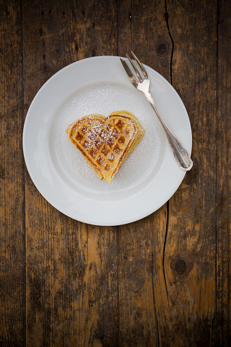 ハート「Dish of heart shaped waffles sprinkled with icing sugar on dark wood」:スマホ壁紙(19)