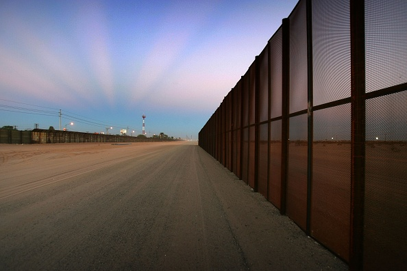 Dust「Construction Of Fence Along Mexican Border Picks Up Speed」:写真・画像(4)[壁紙.com]