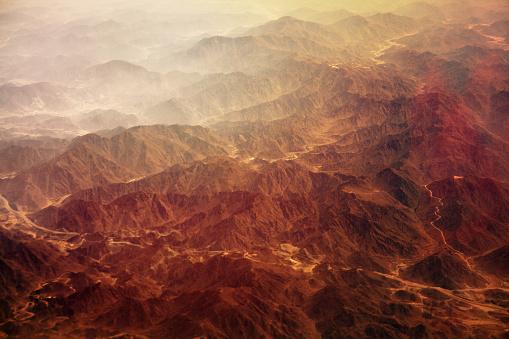 雪山「レッド山霧に包まれた」:スマホ壁紙(1)