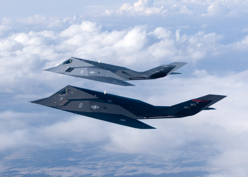 Bomber Plane「Two F-117 Nighthawk stealth fighters fly on a training sortie out of Holloman Air Force Base, New Mexico.」:スマホ壁紙(17)