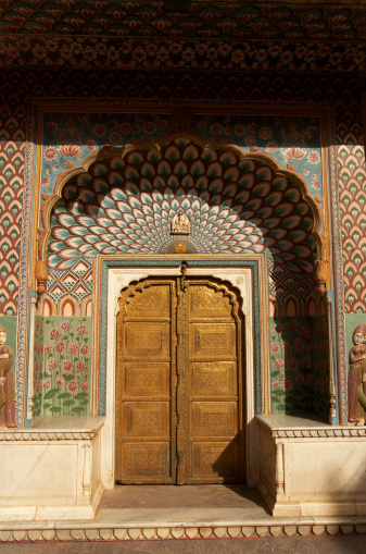 Rajasthan「India, Jaipur, City Palace, Peacock Gate decorated arch door surround」:スマホ壁紙(18)