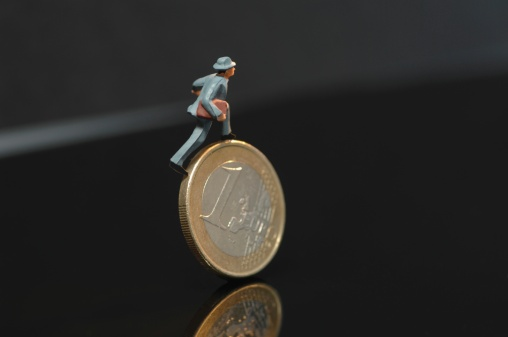 Figurine「Figurine walking on one euro coin」:スマホ壁紙(8)