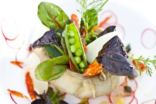 Vinaigrette Dressing「Germany, Duesseldorf, Salad with artichoke, peasecod and oil in pot」:スマホ壁紙(5)